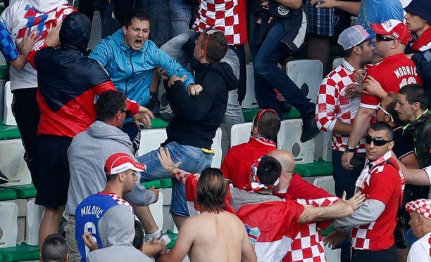 Kroatialaisfanit tappelivat keskenään katsomossa.