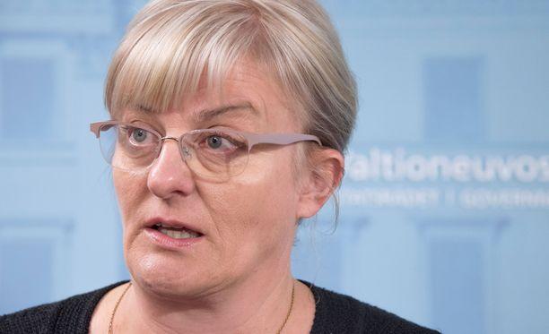 Sosiaali- ja terveysministeri Pirkko Mattilan suvussa rokottamattomuus on saanut aikaan vakavia seurauksia.