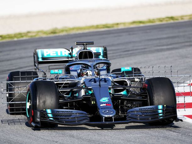 Lewis Hamilton ajaa tiistaiaamuna Mercedeksen suuresti uudistettua W10-autoa.