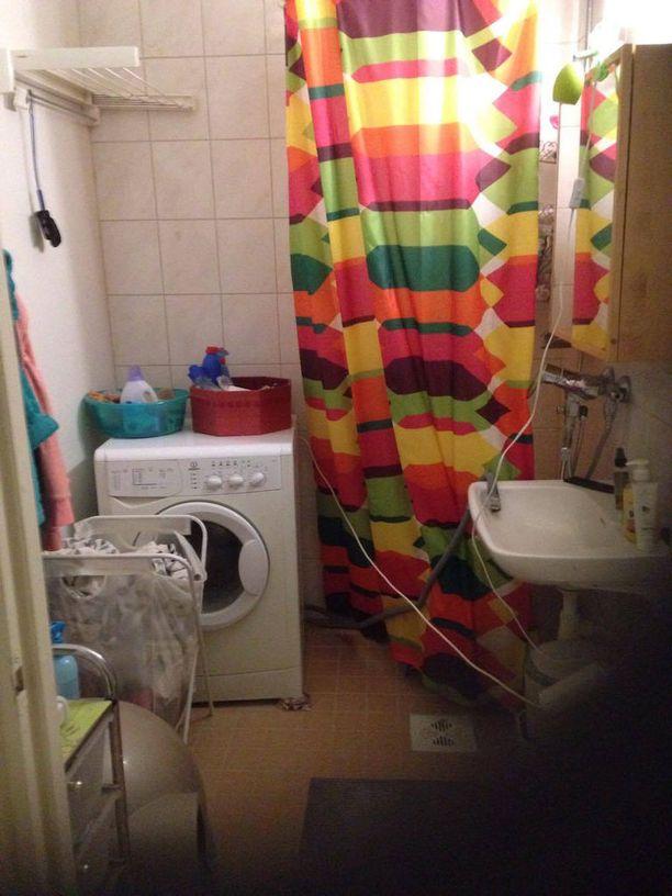 Viveca Pitkänen otti kuvan asuntonsa vessasta. Vuokratalon vessoja ei ole remontoitu.- Kaikki kämpät ovat talossa erilaisia. Osassa asukkaat ovat itse remontoineet asuntojaan. Ne eivät todellakaan ole kaikki samanarvoisia. Osalla on esimerkiksi lattiassa hirveät muovimatot.