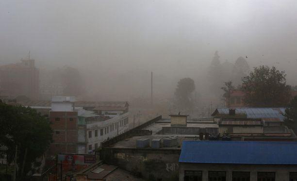 Pöly leijui Kathmandussa järistyksen jälkeen.