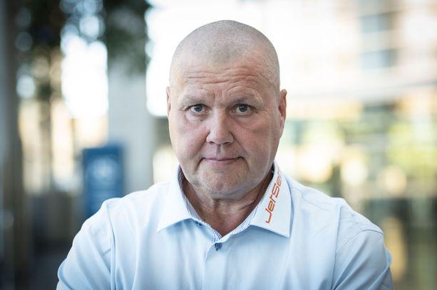 """Kiekkolegenda Timo Jutila, 57, voisi käyttää fiktiohahmo vuorineuvos Tuuran suosimaa kommenttia: """"Bisnekset menee hyvin, ja kuntokin on vallan mainio""""."""