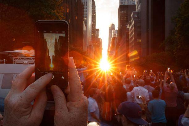 Manhattanhenge on suosittu valokuvauskohde.
