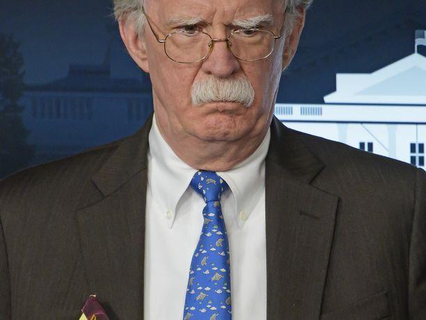 """John Bolton esiintyi maanantaina tiedotustilaisuudessa Valkoisessa talossa muistivihon kanssa, johon oli kirjoitettu """"5 000 sotilasta Kolumbiaan""""."""