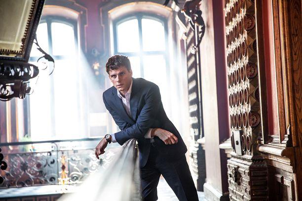 Pietarin kapellimestarina häärää Adam Pålsson, joka on tuttu esimerkiksi Silta-sarjasta.