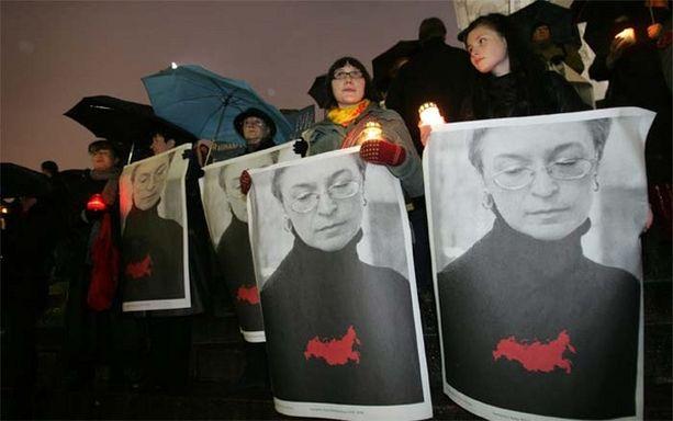 Mielenosoittajat esittelivät Politkovskajan kuvia mielenosoituksessa Helsingissä marraskuussa 2006.