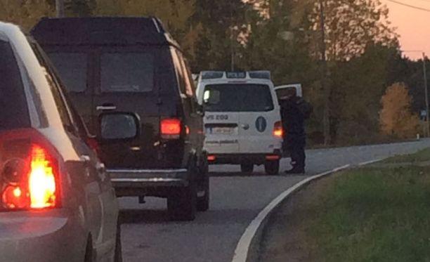 Paikalle ajanut silminnäkijä kertoi eilen Iltalehdelle, että poliisi pysäytti liikennettä Loukinaistentiellä ja pyysi autoilijoita kääntymään takaisin puoli seitsemän aikaan illalla.