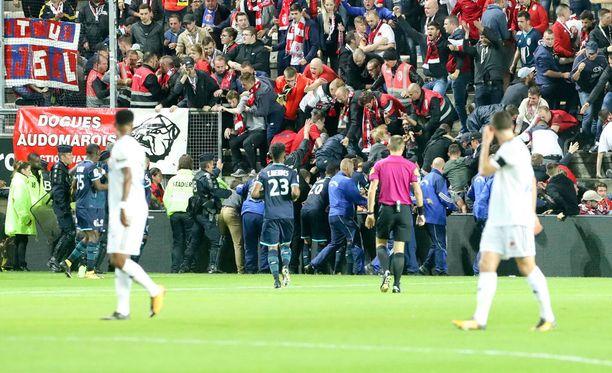 Amiensin stadionilla loukkaantui eilen ainakin 29 ihmistä.