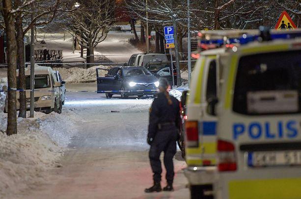 Kaksi miestä ammuttiin kuvassa näkyvään autoon keskiviikkona Tukholmassa.