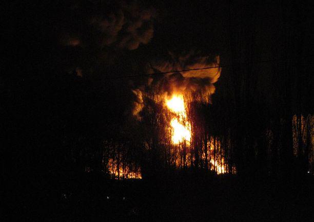 Muovitehtaan palo on levittänyt runsaasti savua Pomarkun keskustaan.