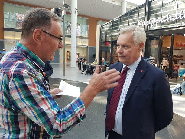 Pääministeri Antti Rinne (sd) sai terveisiä kansalta kesäkokouksen yhteydessä järjestetyssä toritapaamisessa Mikkelin kauppakeskus Stellassa 28. elokuuta.