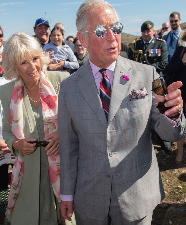 Lasit on mahdollisesti saatu lahjaksi, sillä Charles piteli toisia laseja kädessään.
