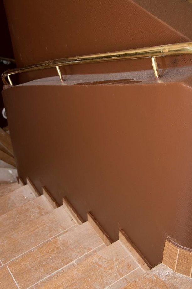 Miehen epäillään työntäneen naisen portaita alas.