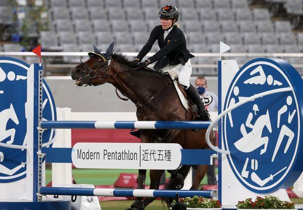 Saksan Annika Schleu löi ja potki hevostaan olympialaisissa.