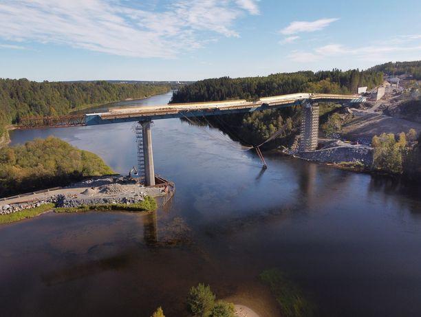Rakenteilla olevaa siltaa tukenut kannatin romahti jokeen Pohjois-Ruotsin Uumajassa.