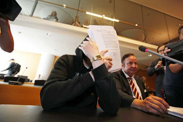 Sarjakuristaja Michael Penttilä on peittänyt kasvonsa tuoreimman murhaoikeudenkäynnin yhteydessä.