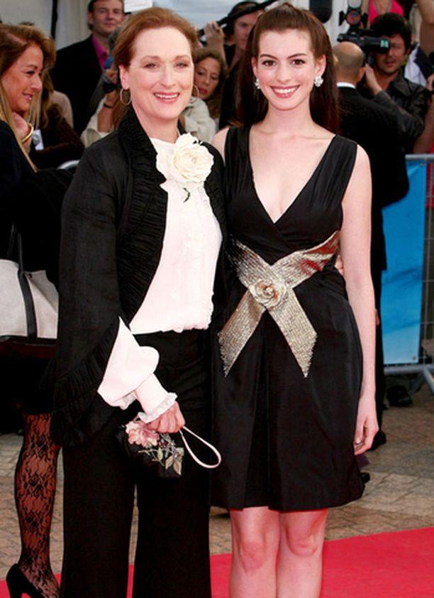 Meryl Streep ja Anne Hathaway ovat Paholainen pukeutuu Pradaan -elokuvan tähdet.