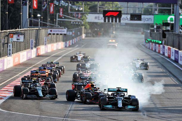 Lewis Hamilton hukkasi voittomahdollisuuden uusintalähdössä.