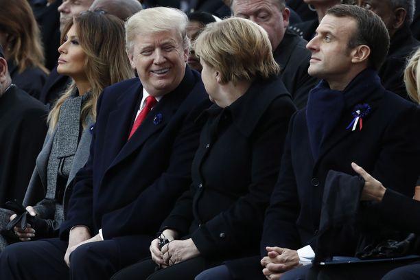 Enimmäkseen happamalta näyttäneeltä Trumpilta irtosi hymy Merkelille.