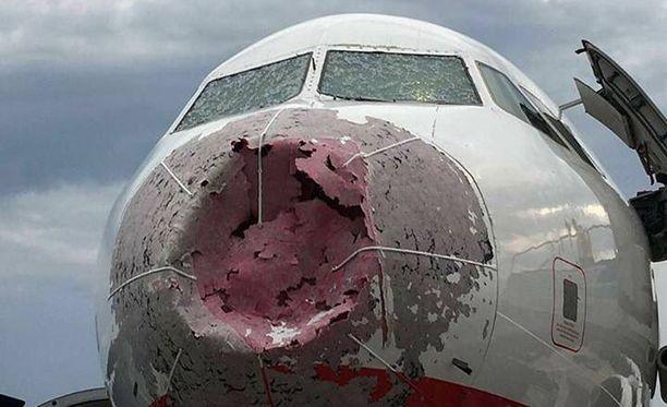 Rakeet tuhosivat koneen etuosan pahoin.