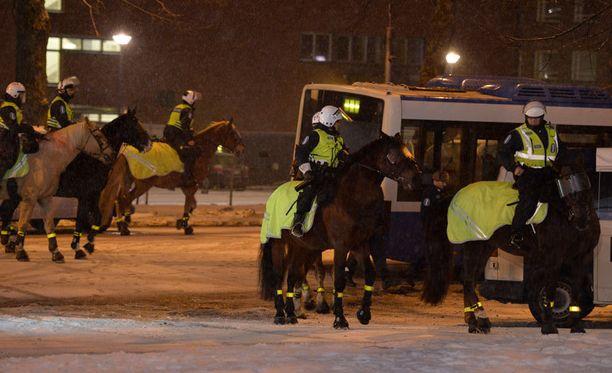 Ratsupoliisit olivat pitämässä järjestystä yllä itsenäisyyspäivän juhlallisuuksissa Tampereella viime vuonna.