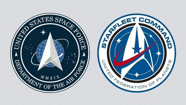 Vasemmalla USA:n avaruusvoimien logo, oikealla Star Trekin seikkailijoiden logo.