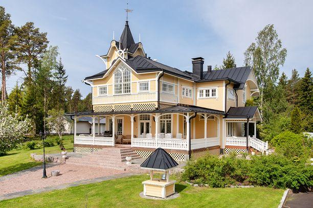 Tämä huvila näkötorneineen palvelee lomailijoita Vaasassa.