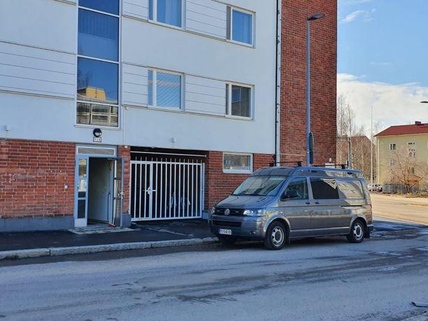 Poliisin ajoneuvo oli paikalla Linnankadulla vielä kolmen jälkeen iltapäivällä.
