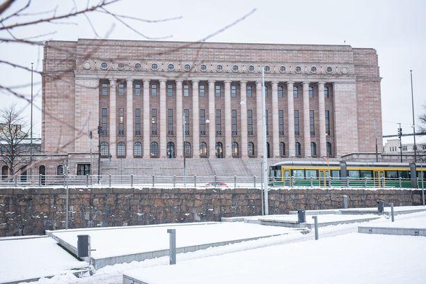 Eduskuntatalo Mannerheimintien puolelta kuvattuna. Kansanedustajaan käytiin käsiksi eduskuntatalon edustalla.