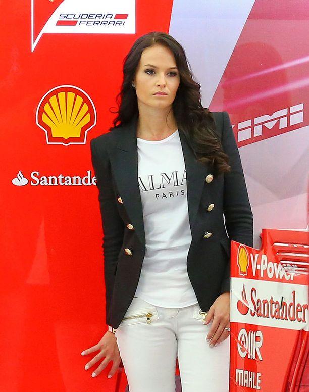 Minttu Virtanen bongattiin eilen Ferrarin varikolta.