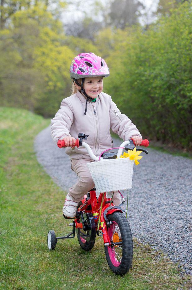 Kuvassa Estelle pyörän selässä keväällä 2015.