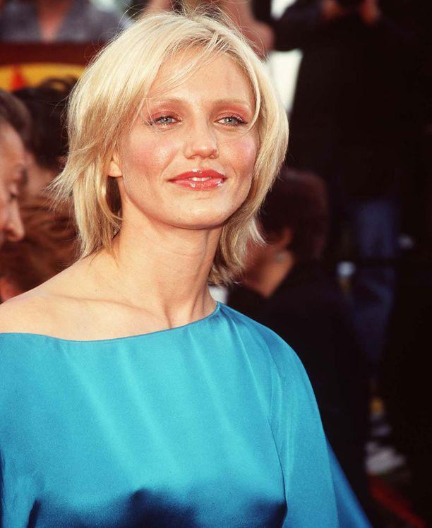 Vuonna 2000 Cameron luotti vaaleaan yleisilmeeseen kulmakarvoja myöten.