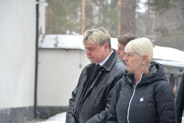 Nykäsen leski Piia Nykänen saapui hautajaisiin mäkikotkan parhaan ystävän Ari Saarisen kanssa.