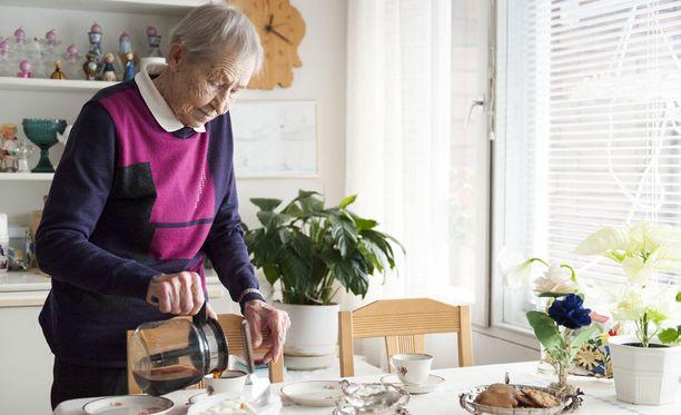 Siiri Rantanen laittaa päivittäin ruokaa. Mieluiten lautaselta löytyy pihvejä, perunaa ja kastiketta. Kastikkeeseen hän lorauttaa voita ja kermaa.