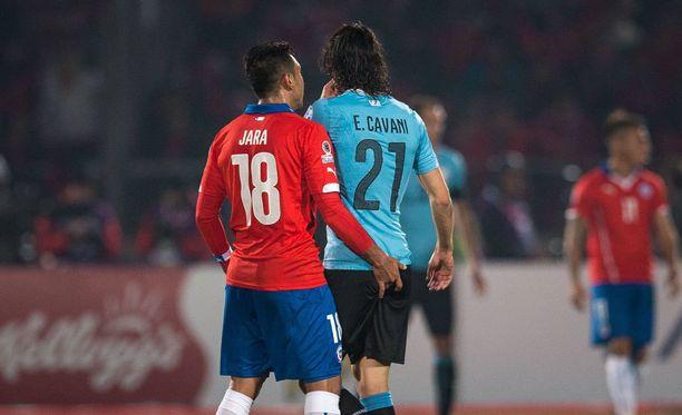 """Tämä tilanne aiheutti kohun: Gonzalo Jara päätti kansankielellä """"tarkastaa Edinson Cavanin öljyt"""" Copa Americassa 2015."""