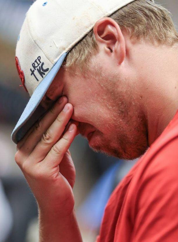 Pelaaja Nick Brooks pidätteli kyyneliään tiedotustilaisuudessa, jossa kerrottiin Kaiserin kuolemasta.