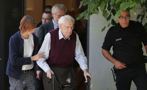 Lääkärit totesivat, että Oscar Gröning on tarpeeksi hyvässä kunnossa istumaan vankilatuomionsa.