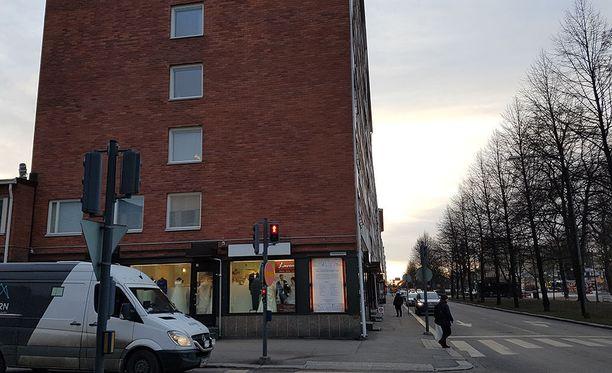 Entinen keittäjä Liisa omistaa kaksi asunto-osaketta Tampereen ydinkeskustassa sijaitsevassa talossa Puutarhakadulla. Asunnossa on tavattu luteita, mutta ne on tuhottu sumuttamalla.