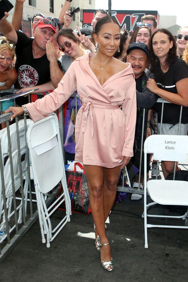 Mel B saapui Walk of Fame -tilaisuuteen vaaleanpunaisessa minimekossa.