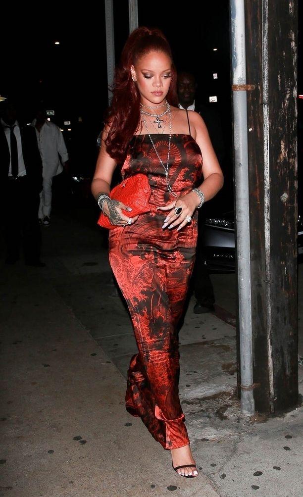 Slip-mekkoa voi piristää kangas- ja printtivalinnoilla. Rihannan mekko hänen Savage x Fenty -mallistostaan.