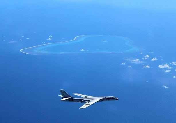 Ydinasekelpoinen kiinalainen pommikone kiistanalaisen saariryhmän yllä viime kesänä.