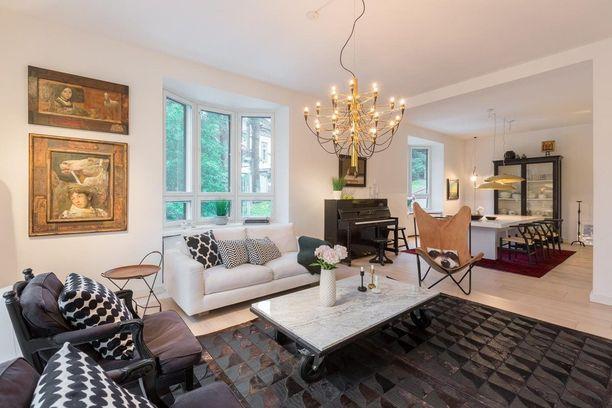 Olohuone on monelle se huone, jonka sisustukseen tulee panostettua eniten. Siksi näyttävä valaisin kannattaa sijoittaa kodin paraatipaikalle. Katso mikä vaikutus! Kuvassa Flosin kattokruunu.