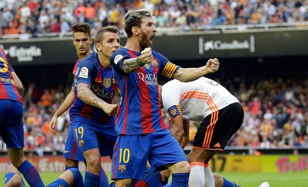 Siinä teille! Lionel Messi ei pidätellyt itseään katsojan hölmöilyn jälkeen.