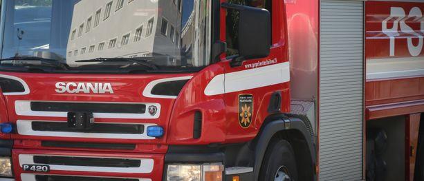 Naapurirakennuksessa ollut henkilö havaitsi palon ja soitti hätäkeskukseen.