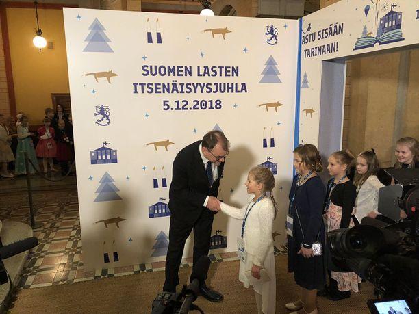 Pääministeri Juha Sipilä kätteli vieraitaan Lasten itsenäisyysjuhlassa Säätytalolla.