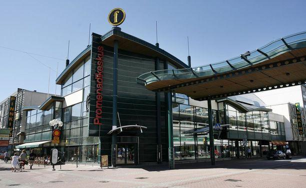 Teljäntorin ja Promenadikeskuksen välissä sijaitsevasta katoksesta putosi lasielementti lauantaina.
