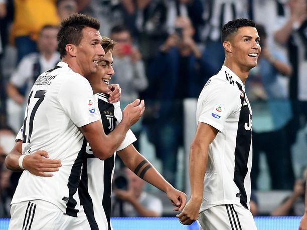 Cristiano Ronaldo (oikealla) alusti Juventuksen kaikki kolme maalia. Mario Mandzukic (vasemmalla) kunnostautui viimeistelijänä kahdessa osumassa.