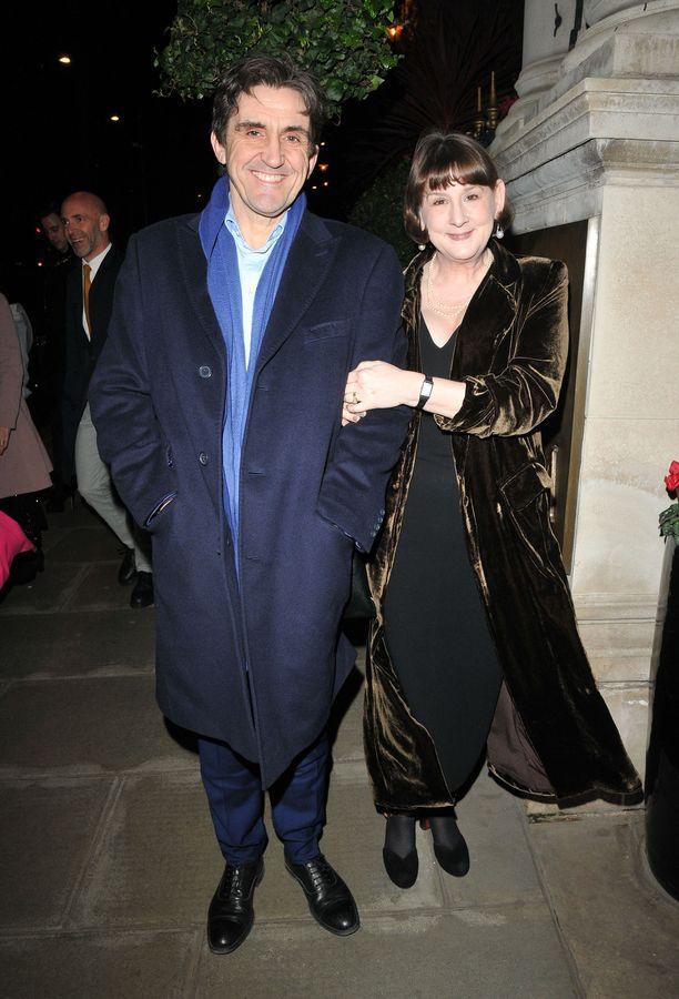 Näyttelijä Stephen McGann on naimissa sarjan käsikirjoittajan ja ohjaajan Heidi Thomasin kanssa.