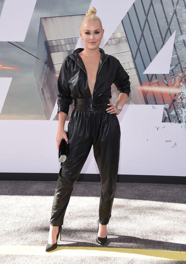 Entinen alppihiihtäjä Lindsey Vonn hallitsee naisellisen ronskin tyylin. Tähän asuun ei jokainen uskaltaisi pukeutua.