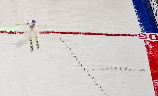 Janne Ahonen teki lauantaina 90 ja 89 metrin hypyt.